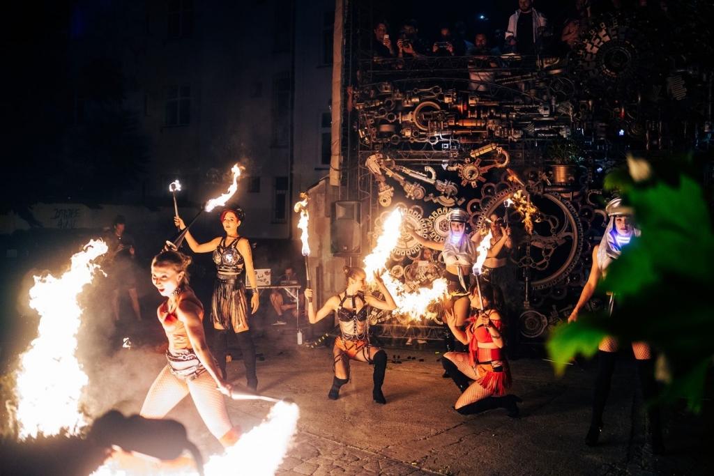 Fire Show BoomCats před Crossem