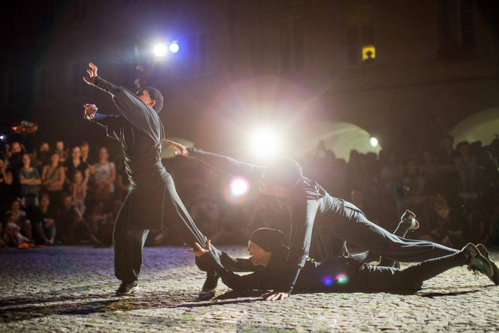 Teatr Novogo Fronta před Crossem