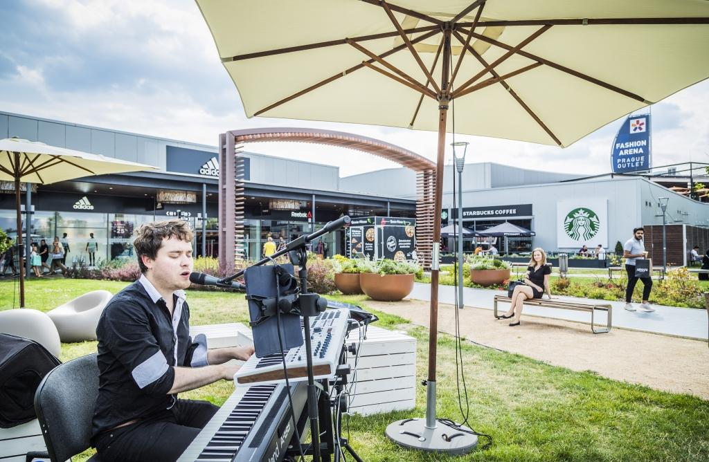 Fashion Arena Prague Outlet startuje největší letní výprodeje, centrum rozezní i mladí talentovaní muzikanti