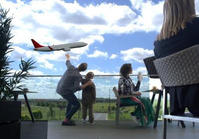 Sledování letadel z vyhlídkové terasy